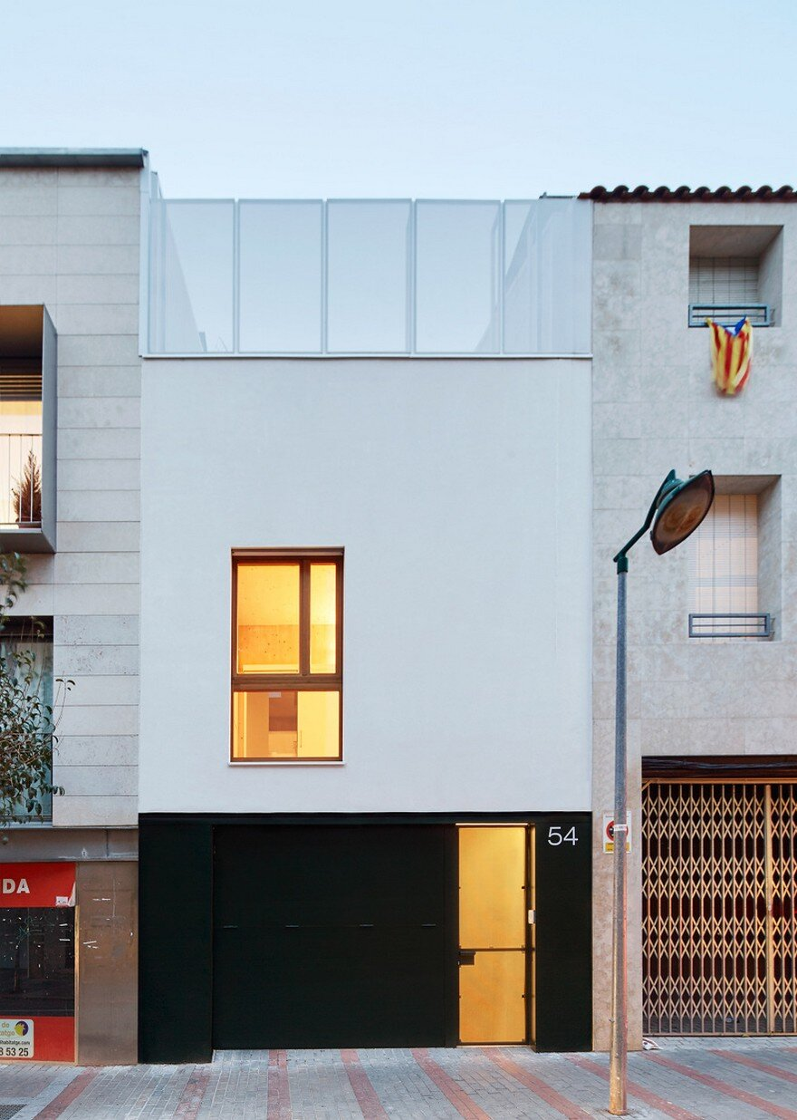 Energy efficient home built between two dividing walls in for Casas minimalistas con jardin