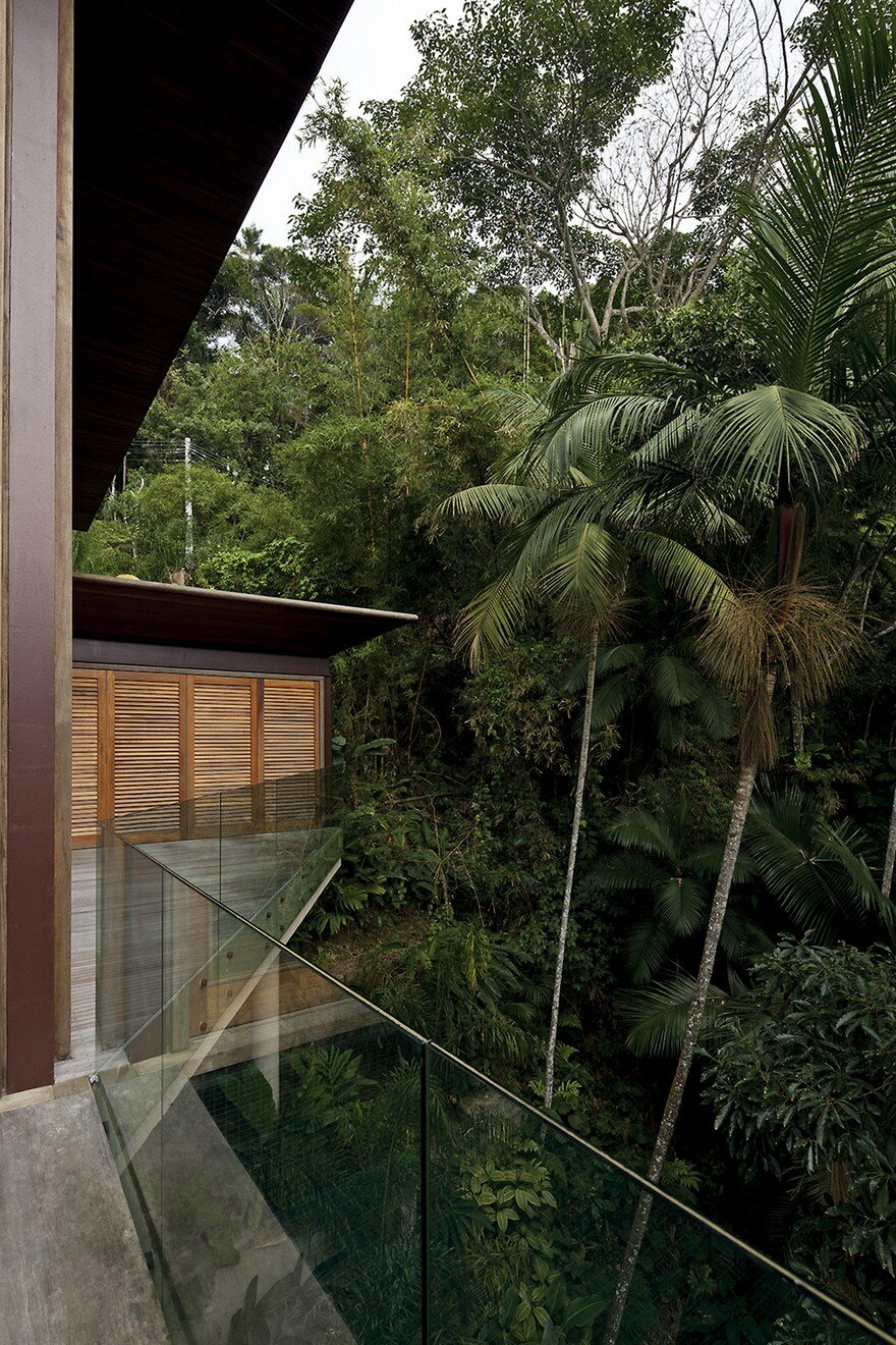 Balcony House In Brazil With A Large Glass Panel Facade