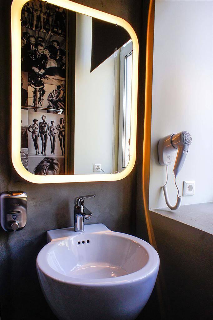bathroom - www.homeworlddesign.com (8)