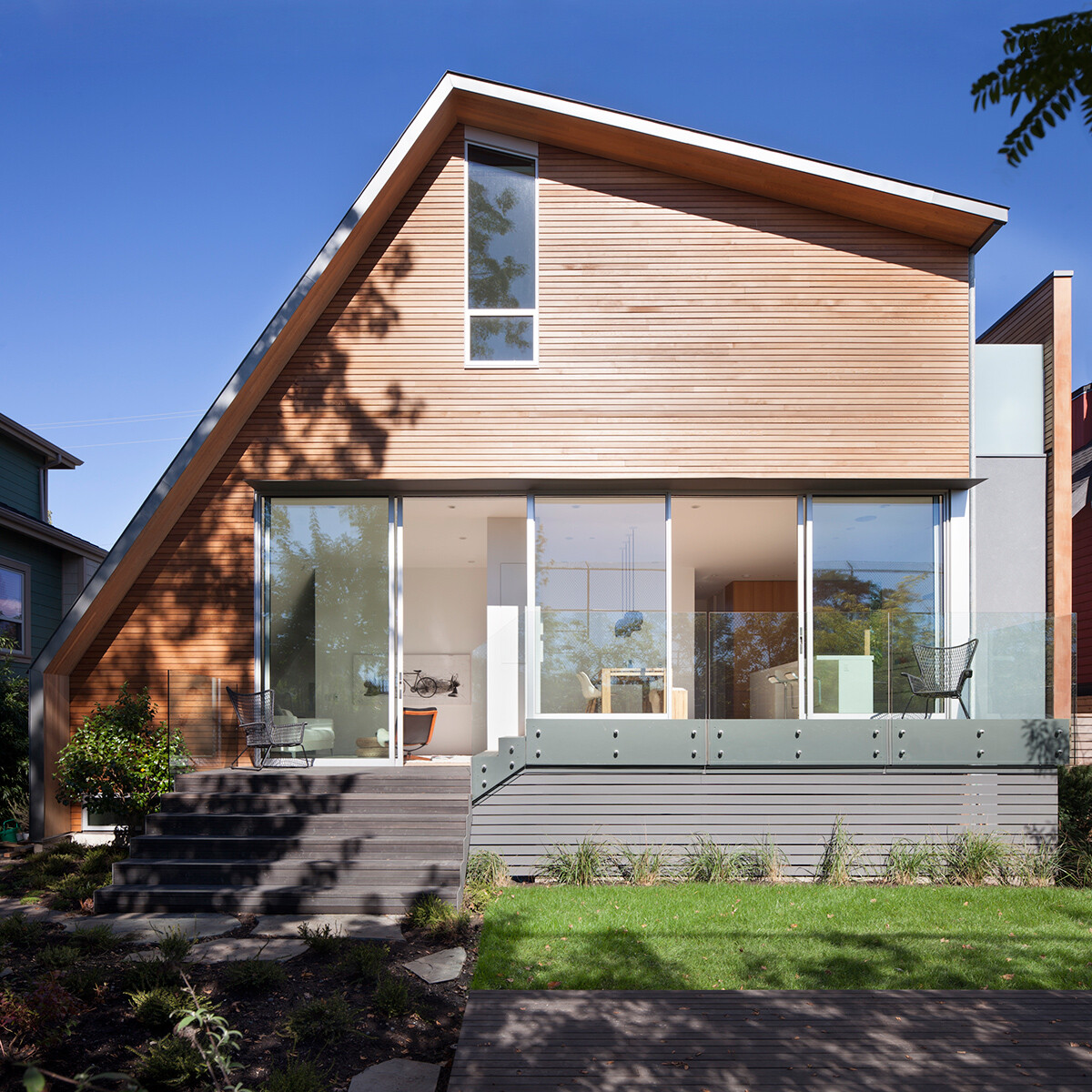 East Van House: residence in Vancouver with an asymmetric geometry