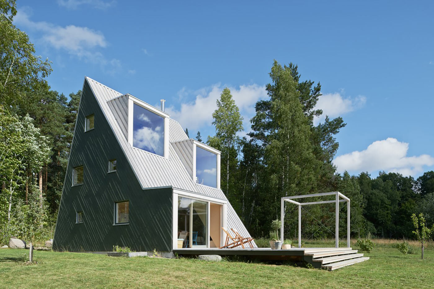 Summer house with triangular profile / Leo Qvarsebo