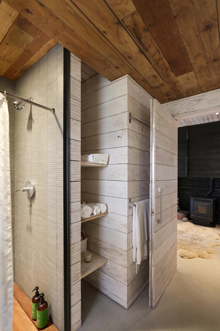 1000 square foot lake house by Hunter Leggitt - HomeWorldDesign (18)