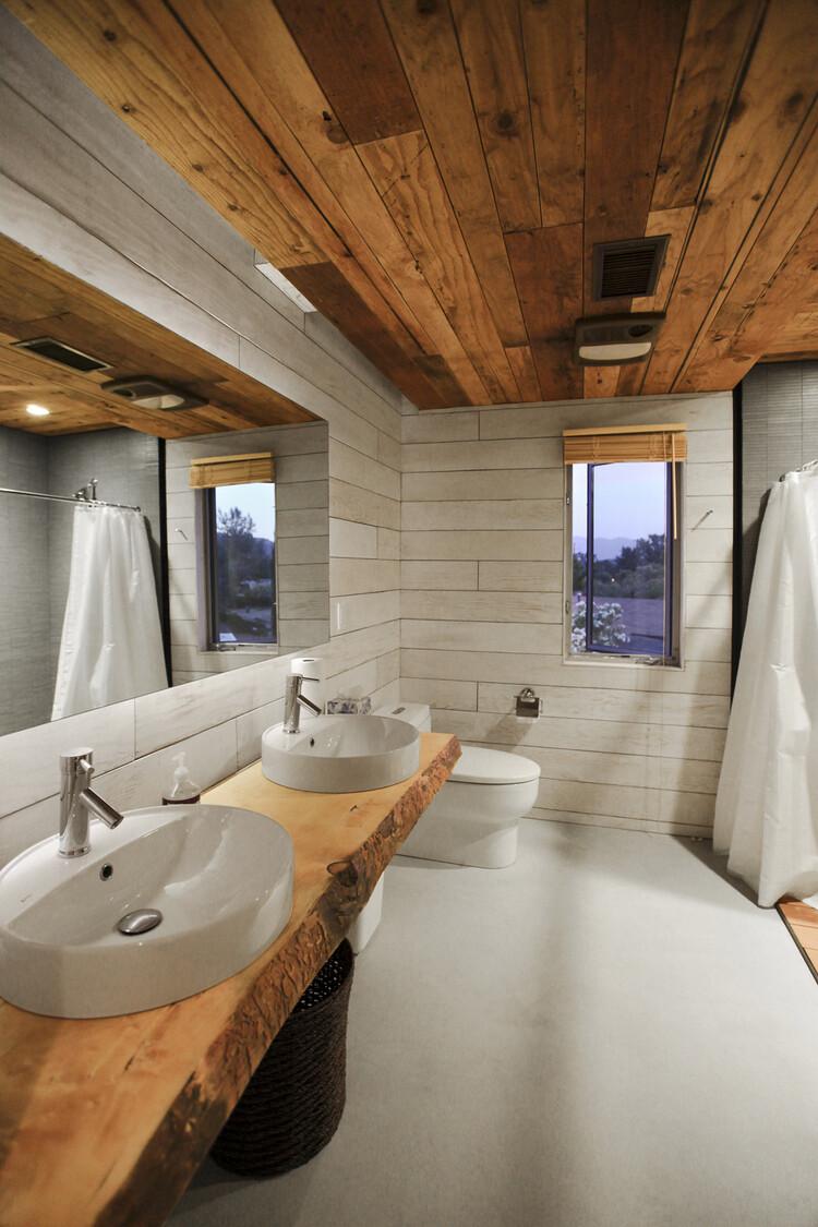 1000 square foot lake house by Hunter Leggitt - HomeWorldDesign (19)