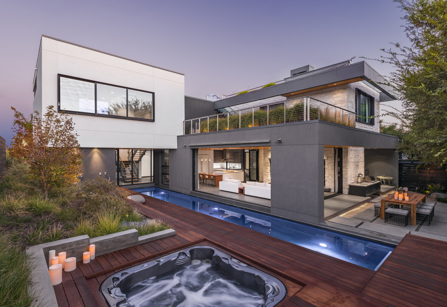 Acacia House: Private Residence with a Lounge Arranged on the Rooftop