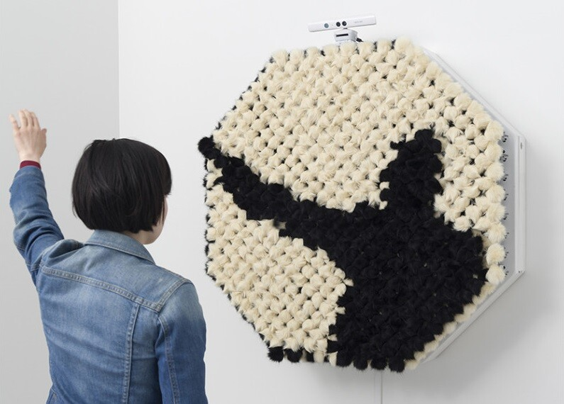 "Daniel Rozin expose ""Descent With Modification"" – interactive PomPom Mirror"