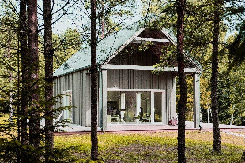 Shelter designed for a hunter's family leisure time (4)