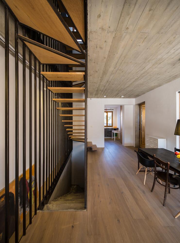 Lama house has a long and narrow shape for Long narrow house designs