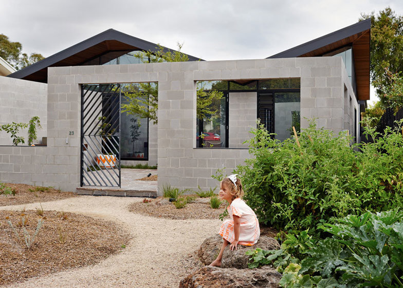 This Single Y House Creates An Outdoor Room In Its Front Yard