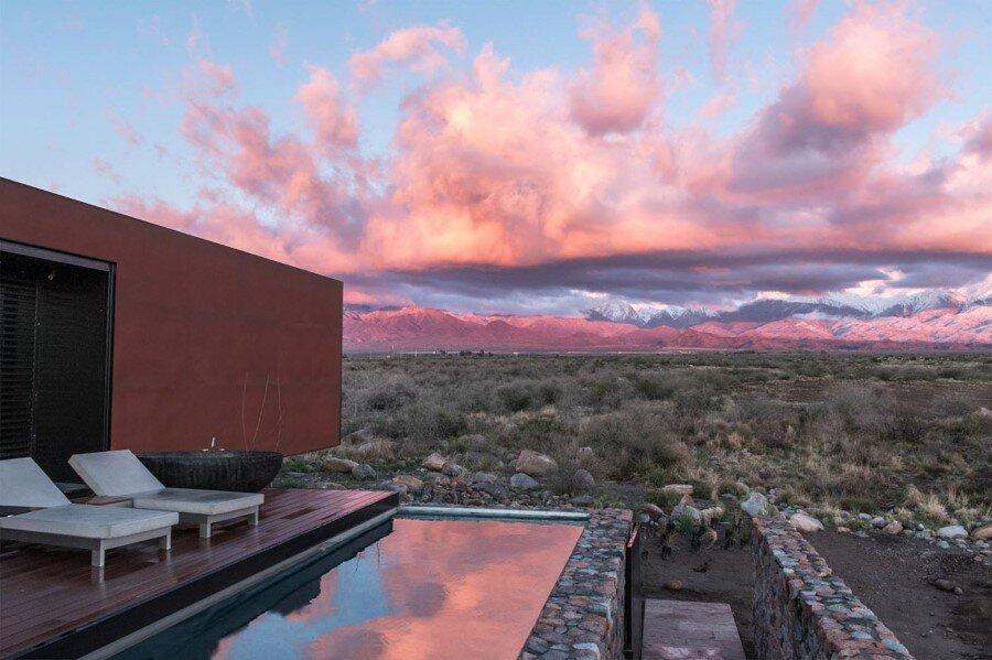 Evans House integrated into the Argentine vineyards landscape (9)