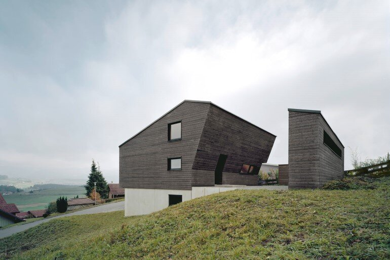 Haus P – Deep Black Holiday House for a Family of Eight