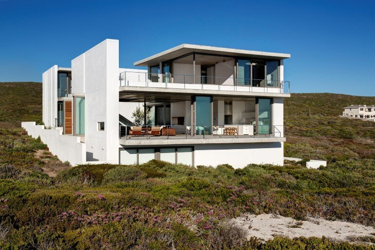 The Pearl Bay House is Modern, Minimal and Maximises the Sensational Ocean Views