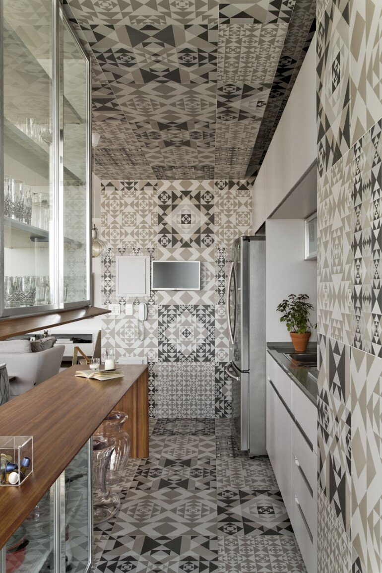 This Apartment Has a Kitchen Area Fully Clad with Porcelain Tiles (17)