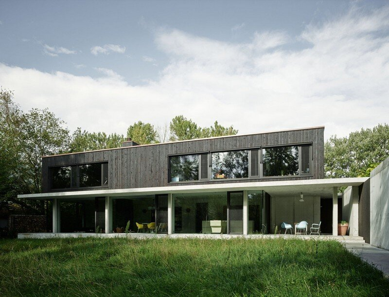 The Architecture of This Family House Combines Raw Concrete with Dark Wood (1)
