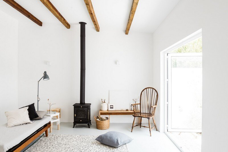 Pequena House in Traditional Portuguese Style / Arkstudio
