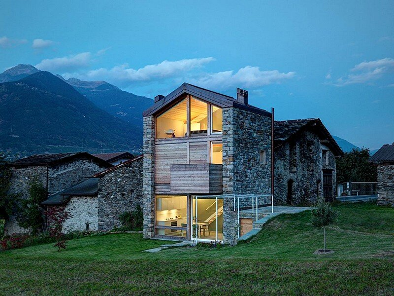 Mountain house built on the ruins of an old rustic for Architettura in stile casa colonica