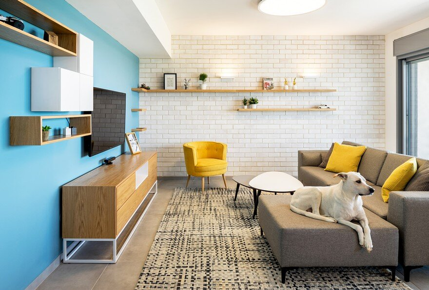 White Bricks - Blue Wall Apartment / EN Studio