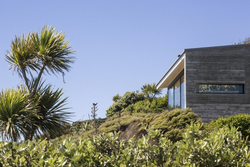 Muriwai Weekend House is Placed at the Edge of a Cliff to Capture the Dramatic Views 16