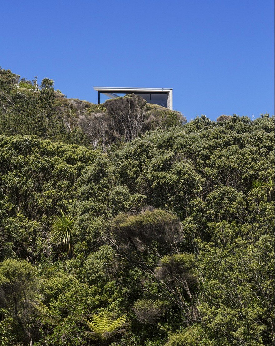 Muriwai Weekend House is Placed at the Edge of a Cliff to Capture the Dramatic Views 17