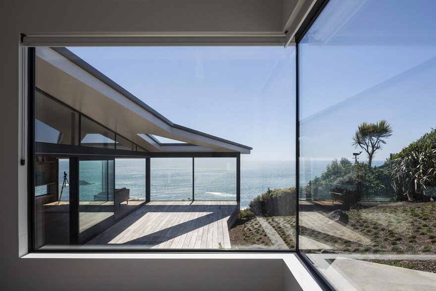 Muriwai Weekend House is Placed at the Edge of a Cliff to Capture the Dramatic Views 2