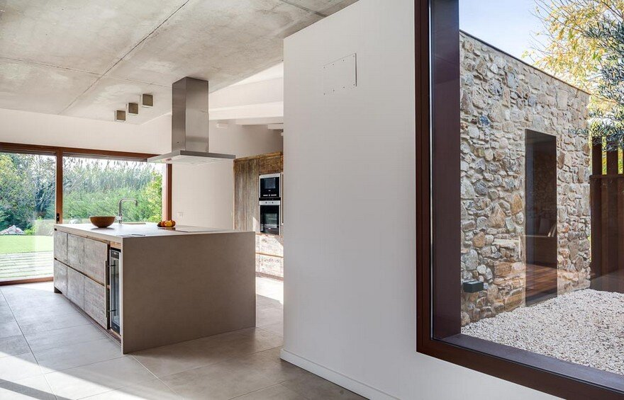 New Catalan House Inspired by the Old Farm Buildings 8