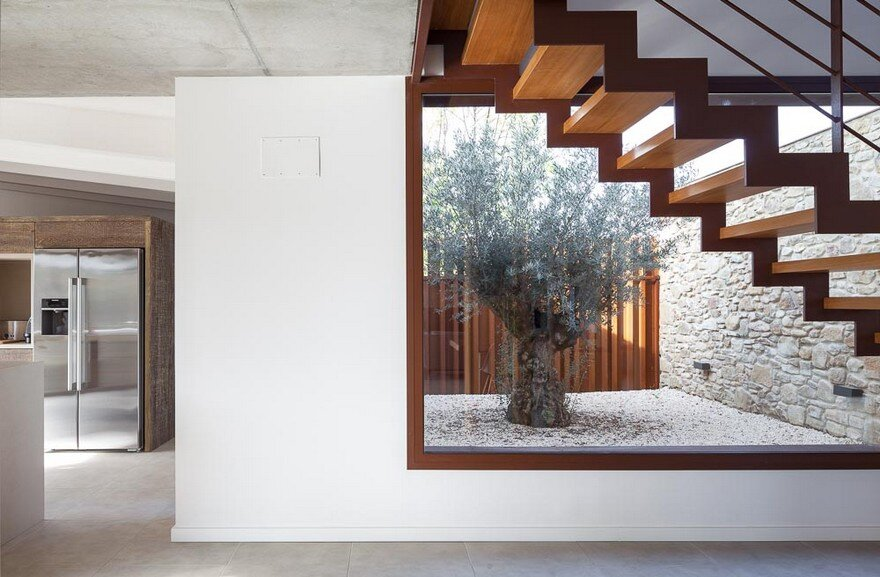 New Catalan House Inspired by the Old Farm Buildings 14