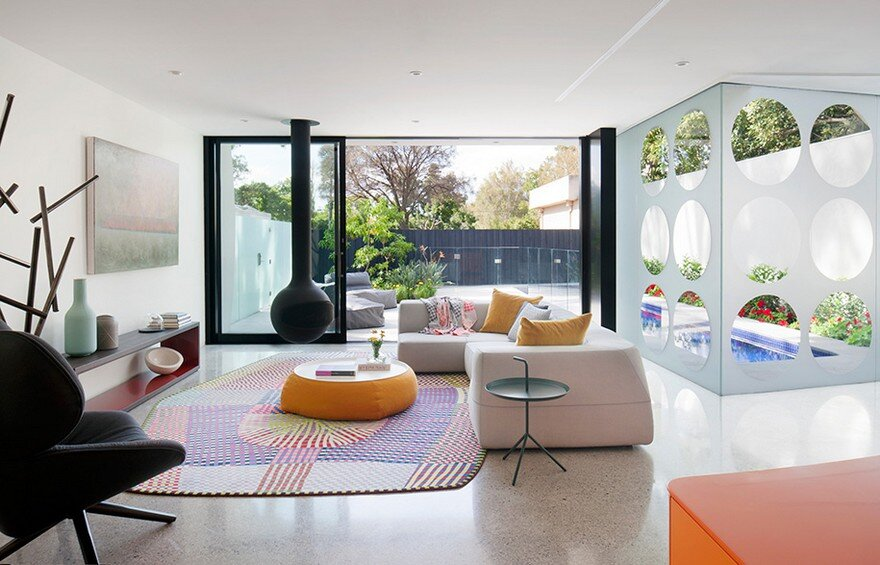 Unconventional house with elliptical shaped walls that for Combinacion de colores para interiores