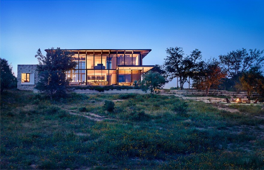 Contemporary Texas Retreat with Double-Height Glass Walls 14