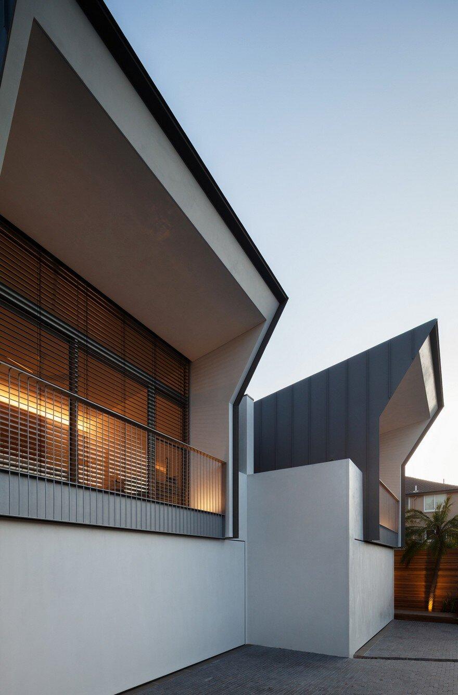 Narrow Beach House in Sydney by Marston Architects 12