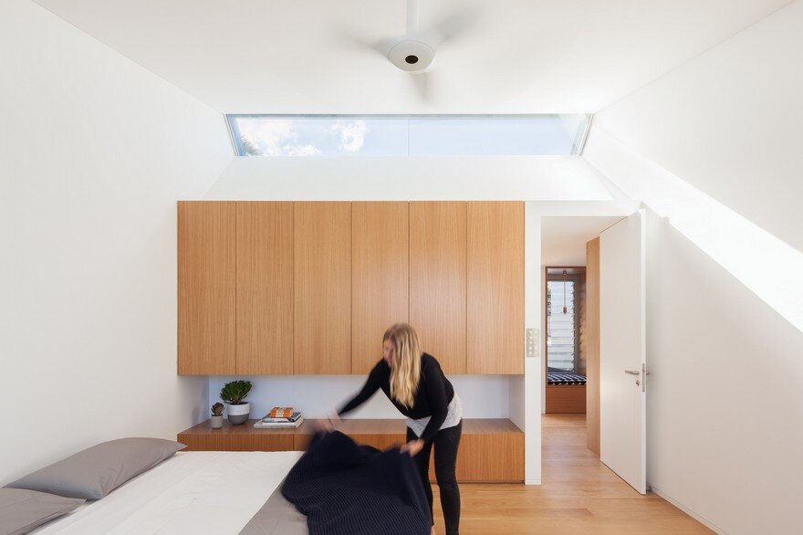Narrow Beach House in Sydney by Marston Architects 10