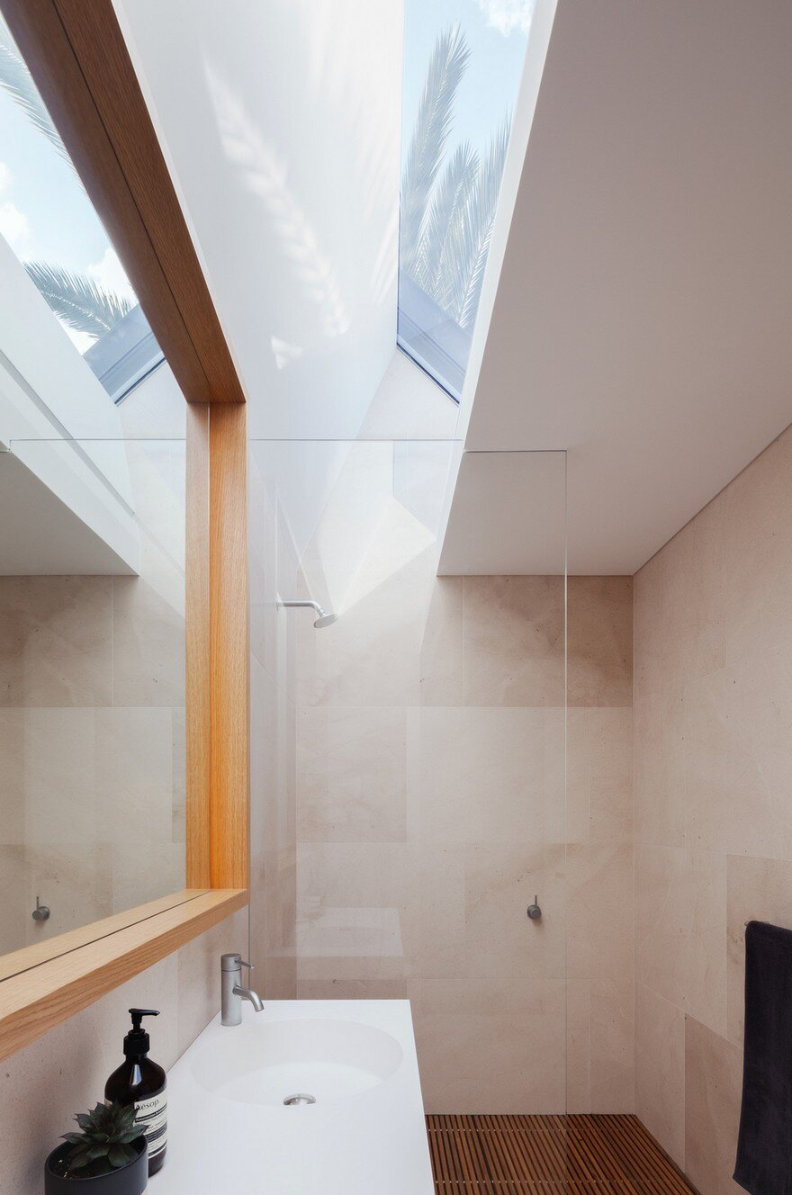 Narrow Beach House in Sydney by Marston Architects 9
