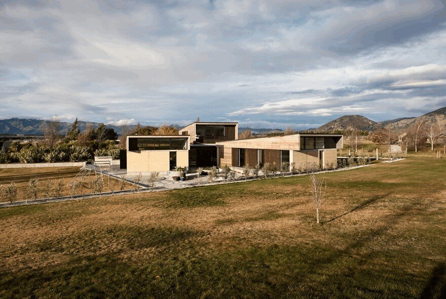 Rammed Earth House Connected to the Mountainous Landscape of Cardrona Valley