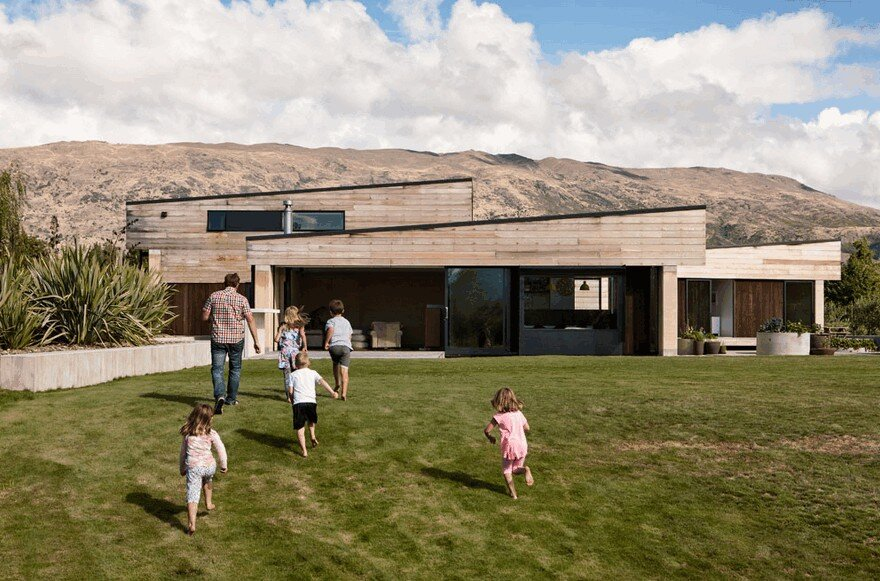Rammed Earth House Connected to the Mountainous Landscape of Cardrona Valley, New Zealand