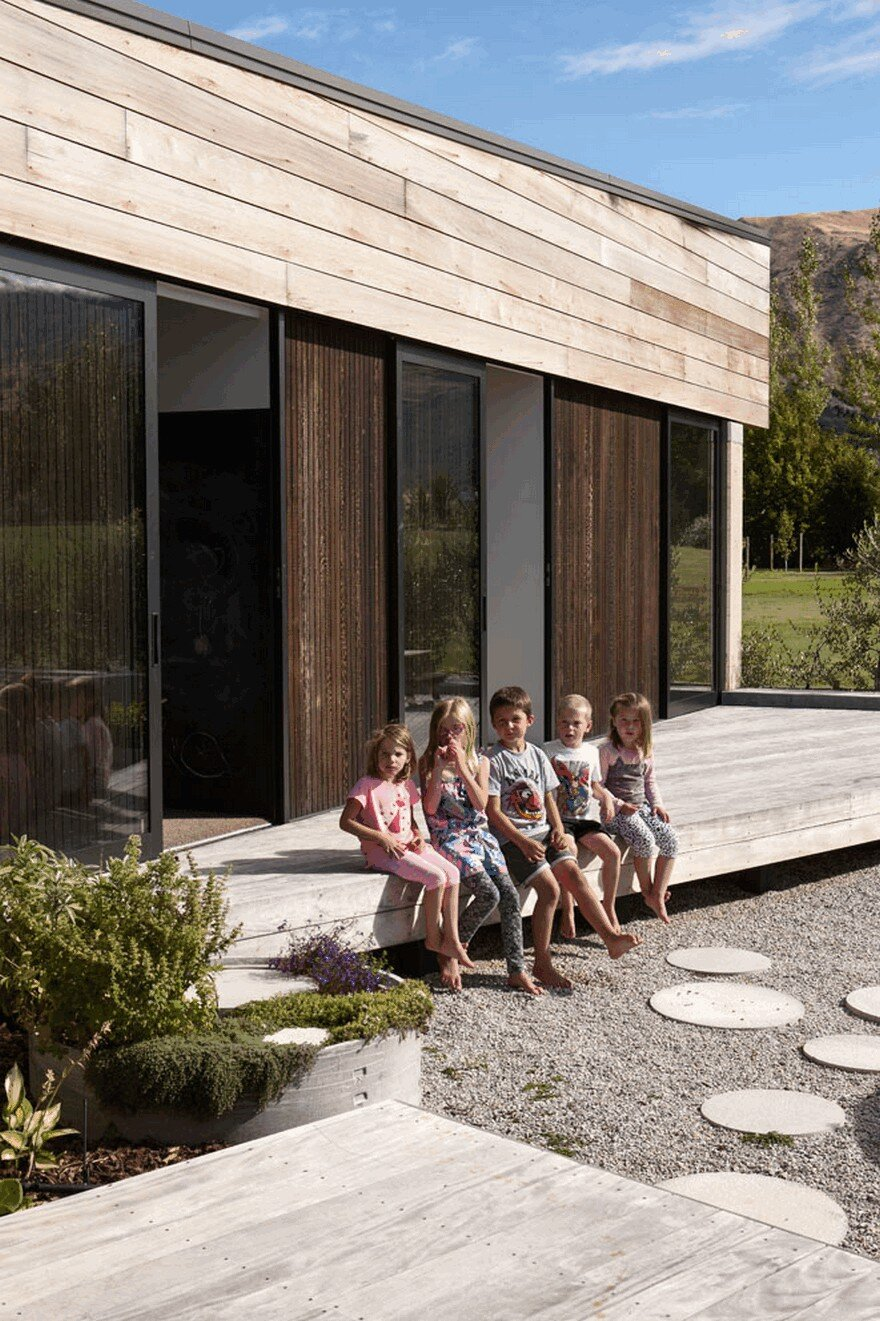Rammed Earth House Connected to the Mountainous Landscape of Cardrona Valley 3