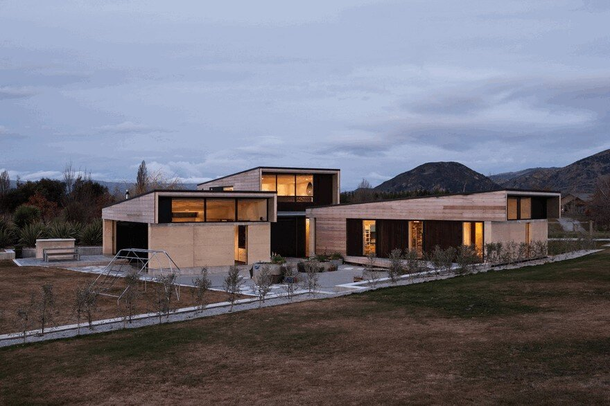 Rammed Earth House Connected to the Mountainous Landscape of Cardrona Valley 18