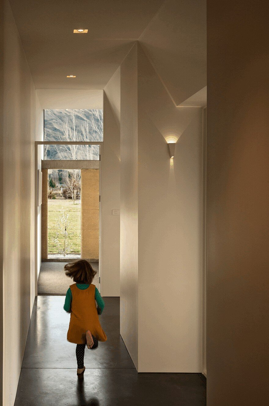 Rammed Earth House Connected to the Mountainous Landscape of Cardrona Valley 7