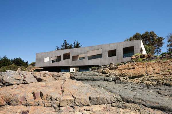 Chilean Concrete Residence Adorning a Steep Slope: Bahia Azul House