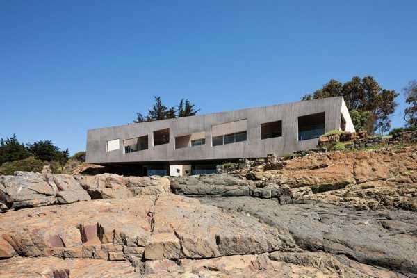 Chilean Concrete Residence Adorning a Steep Slope: Bahia Azul House