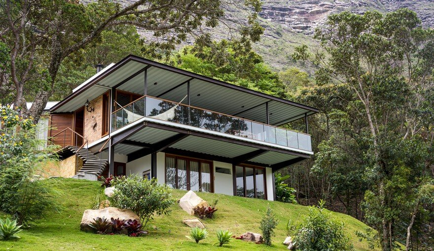 Modern Brazilian Retreat Embracing Transparency and Open Spaces 1