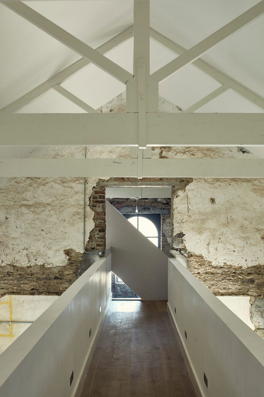 18th Century Coach House Is Creatively Renovated In The