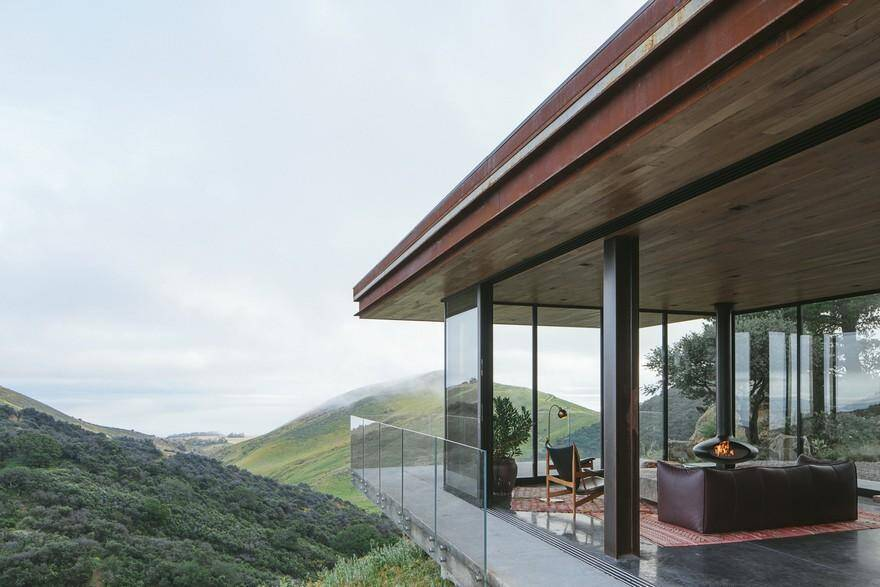 Off-Grid Guest House in California with Sliding Glass Facade and Green Roof 2