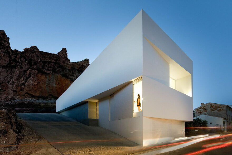House on mountainside overlooked by castle fran - Fran silvestre arquitectos ...