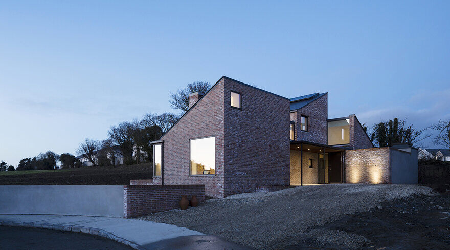 L-shaped brick house / Scullion Architects