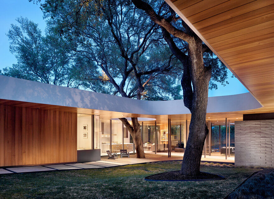 A Home Built Around a Tree / Alterstudio Architecture