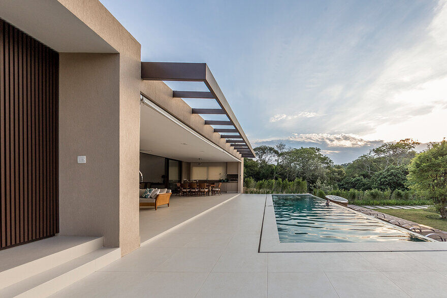 Contemporary Single-Storey House Features Open Spaces