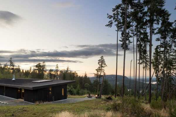 Salt Spring Island Cabin / Julian Carnrite Architect