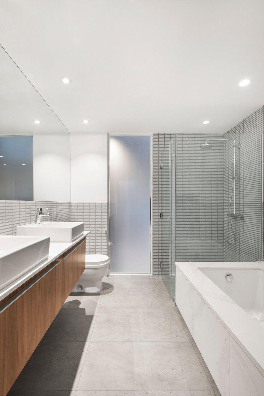 Master Bath, Montréal, Canada / RobitailleCurtis