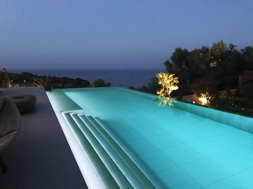 pool by Mario Mazzer Architects