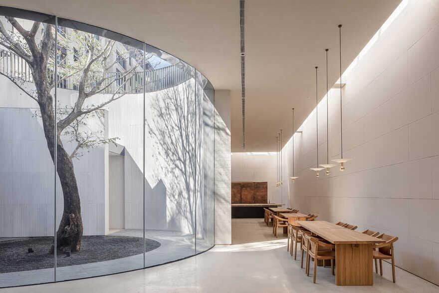 atrium dining area, Xiamen, China / Waterfrom Design