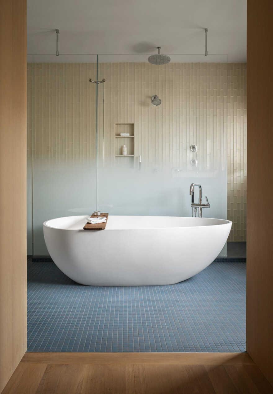 bathroom, In the Dunes / Caleb Johnson Studio