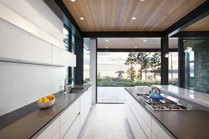 kitchen, Bowen Island's West Coast / Frits de Vries Architects